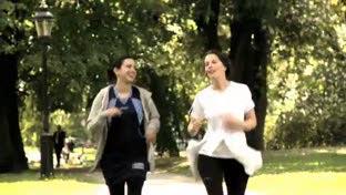 在公园跑步